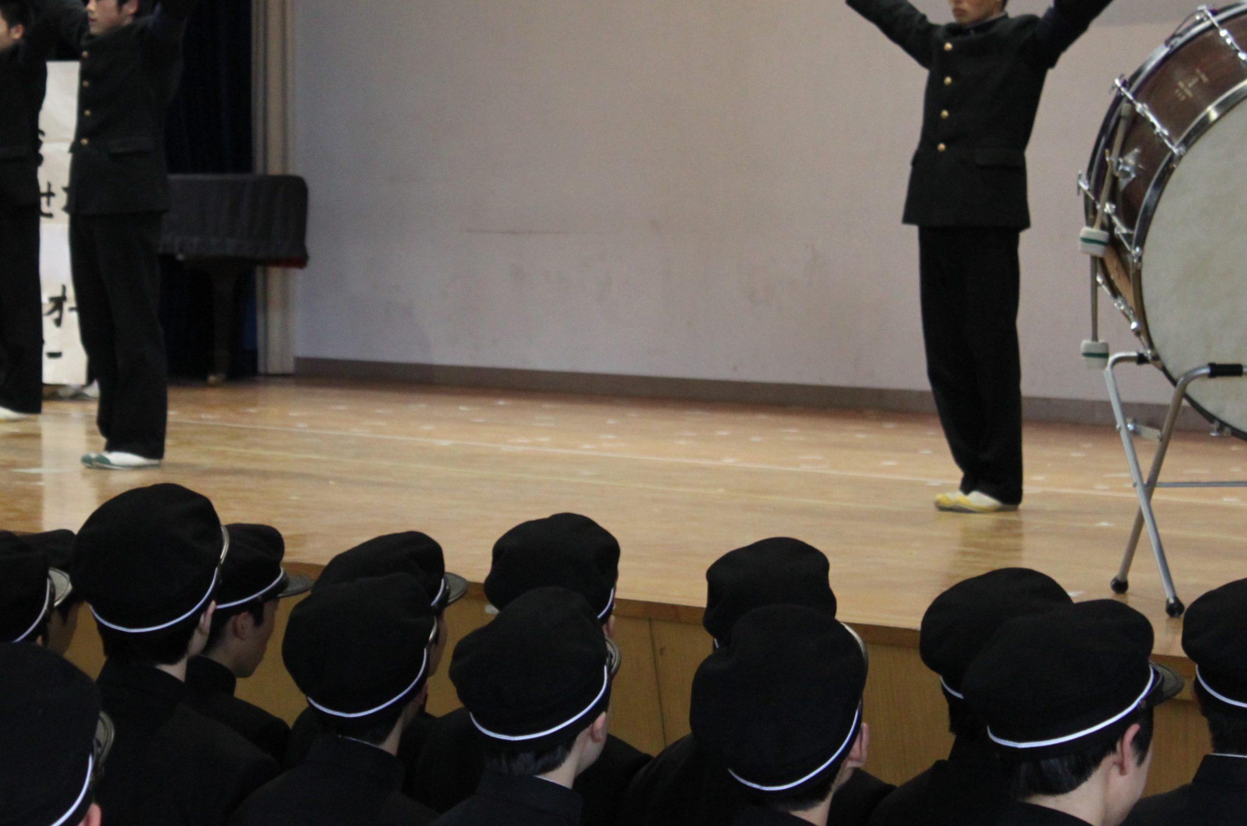 高校で応援団から指導を受ける新入生